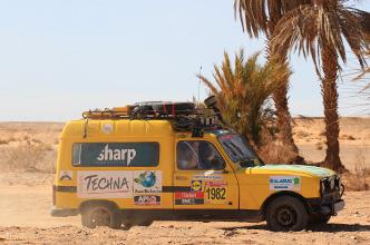 voiture sponsorisee techna durant la course 4l trophee